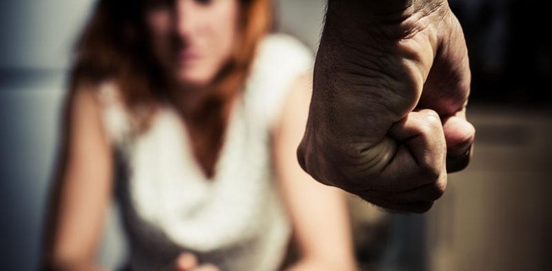 Kaj žene ženske, da se spentljajo z nasilnimi moškimi?